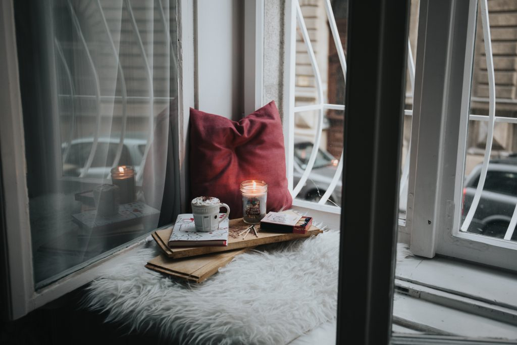 Bord de fenêtre esprit cocooning en hiver