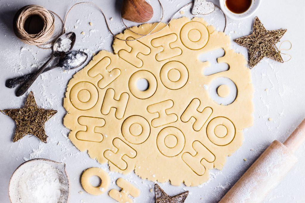 Cuisine des biscuits en forme de lettres pour noel en hiver
