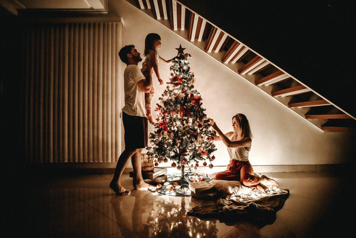 Photo de famille à Noel décoration sapin enfant