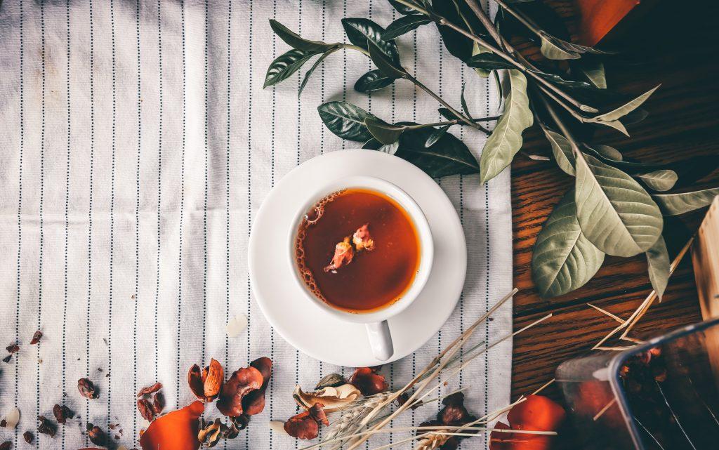 Tasse de thé hivernale avec des feuilles